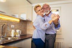 Ζεύγος που χορεύει μαζί στην κουζίνα στοκ φωτογραφίες