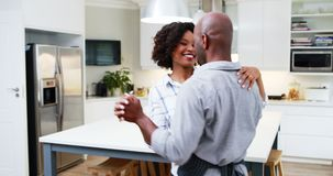 Ζεύγος που χορεύει μαζί στην κουζίνα 4k φιλμ μικρού μήκους