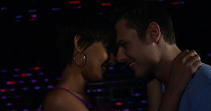 Ζεύγος που χορεύει μαζί στο μπαρ απόθεμα βίντεο