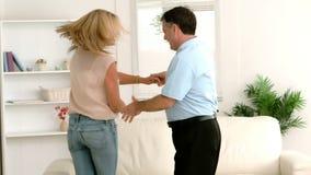 Ζεύγος που χορεύει μαζί στο σπίτι φιλμ μικρού μήκους