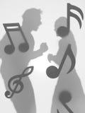 Ζεύγος που χορεύει, μουσικές νότες, σκιαγραφίες Στοκ Φωτογραφίες