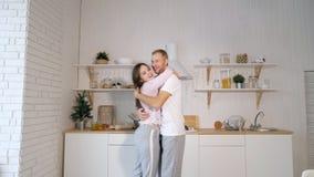 Ζεύγος που χορεύει στην κουζίνα απόθεμα βίντεο