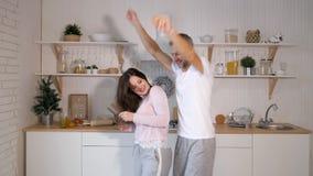 Ζεύγος που χορεύει στην κουζίνα φιλμ μικρού μήκους