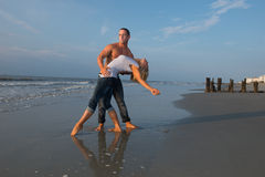 Ζεύγος που χορεύει στην παραλία στοκ εικόνες