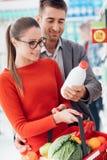 Ζεύγος που ψωνίζει στην υπεραγορά στοκ φωτογραφίες με δικαίωμα ελεύθερης χρήσης