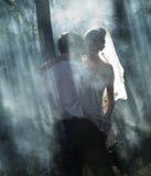 Ζεύγος σε ένα δάσος στοκ φωτογραφίες