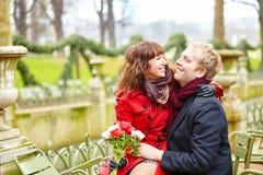 Ζεύγος σε ένα πάρκο στην άνοιξη, χρονολόγηση Στοκ φωτογραφία με δικαίωμα ελεύθερης χρήσης