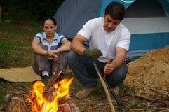 Ζεύγος σε ένα firecamp στην Ονδούρα Κεντρική Αμερική στοκ εικόνα με δικαίωμα ελεύθερης χρήσης