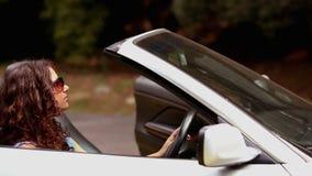 Ζεύγος σε μια διακοπή αυτοκινήτων φιλμ μικρού μήκους