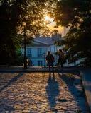 Ζεύγος σε μια οδό του Παρισιού στην ανατολή Στοκ Φωτογραφία