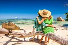 Ζεύγος σε μια παραλία στις Σεϋχέλλες Στοκ εικόνα με δικαίωμα ελεύθερης χρήσης