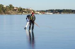 Ζεύγος σκέιτερ γύρου Στοκ εικόνα με δικαίωμα ελεύθερης χρήσης