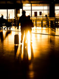 Ζεύγος σκιαγραφιών στον αερολιμένα που προετοιμάζεται για την αναχώρηση Στοκ φωτογραφία με δικαίωμα ελεύθερης χρήσης