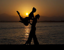 Ζεύγος σκιαγραφιών στον ενεργό χορό αιθουσών χορού στο ηλιοβασίλεμα Στοκ Εικόνα