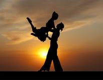 Ζεύγος σκιαγραφιών στον ενεργό χορό αιθουσών χορού στο ηλιοβασίλεμα Στοκ φωτογραφία με δικαίωμα ελεύθερης χρήσης