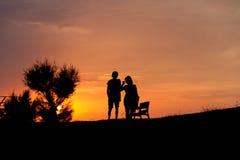Ζεύγος σκιαγραφιών στο ηλιοβασίλεμα Στοκ Φωτογραφίες