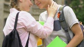 Ζεύγος σπουδαστών που σπρώχνει με τη μουσούδα, σύντομη ρομαντική συνεδρίαση της αγάπης για το σπάσιμο κοντά στο κολλέγιο απόθεμα βίντεο