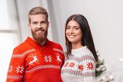 Ζεύγος στα πλεκτά πουλόβερ Στοκ Φωτογραφία