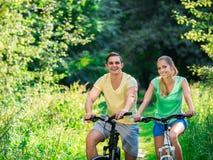 Ζεύγος στα ποδήλατα Στοκ φωτογραφίες με δικαίωμα ελεύθερης χρήσης