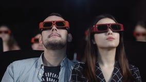 Ζεύγος στα τρισδιάστατα γυαλιά που ένας κινηματογράφος στον κινηματογράφο απόθεμα βίντεο
