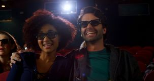 Ζεύγος στα τρισδιάστατα γυαλιά που προσέχει τον κινηματογράφο στο θέατρο 4k απόθεμα βίντεο