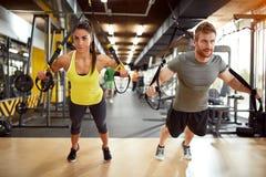 Ζεύγος στην κατάρτιση σωμάτων στη γυμναστική στοκ φωτογραφία