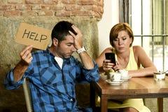 Ζεύγος στην κινητή γυναίκα τηλεφωνικών εξαρτημένων καφετεριών που αγνοεί το ματαιωμένο άνδρα που ζητά τη βοήθεια Στοκ Φωτογραφία