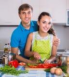 Ζεύγος στην κουζίνα με τα λαχανικά στον πίνακα Στοκ Εικόνες