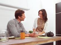 Ζεύγος στην κουζίνα AA Στοκ φωτογραφίες με δικαίωμα ελεύθερης χρήσης