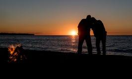 Ζεύγος στην παραλία στο ηλιοβασίλεμα Στοκ φωτογραφία με δικαίωμα ελεύθερης χρήσης