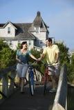 Ζεύγος στη γέφυρα με τα ποδήλατα στοκ εικόνες