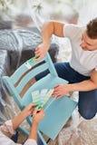Ζεύγος στη ζωγραφική με το σχέδιο χρωμάτων τοίχων στοκ εικόνες με δικαίωμα ελεύθερης χρήσης