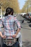 Ζεύγος στη μοτοσικλέτα χωρίς κράνος στοκ εικόνα