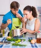 Ζεύγος στη μυρωδιά τροφίμων απέχθειας κουζινών Στοκ Εικόνες
