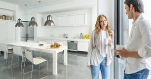 Ζεύγος στη σύγχρονη κουζίνα Στοκ Εικόνες