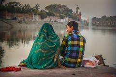 Ζεύγος στις όχθεις του ποταμού Kshipra στοκ φωτογραφίες