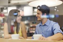 Ζεύγος στον καφέ στοκ εικόνα με δικαίωμα ελεύθερης χρήσης