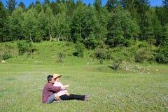 Ζεύγος στο δάσος βουνών Στοκ φωτογραφία με δικαίωμα ελεύθερης χρήσης