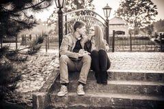 Ζεύγος στο εκλεκτής ποιότητας πάρκο Στοκ Εικόνες