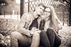 Ζεύγος στο εκλεκτής ποιότητας πάρκο Στοκ φωτογραφίες με δικαίωμα ελεύθερης χρήσης