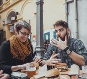 Ζεύγος στο εστιατόριο γρήγορου φαγητού Στοκ εικόνες με δικαίωμα ελεύθερης χρήσης