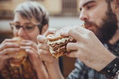 Ζεύγος στο εστιατόριο γρήγορου φαγητού Στοκ Εικόνες