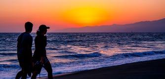 Ζεύγος στο ηλιοβασίλεμα, παραλία της Βενετίας στοκ εικόνα