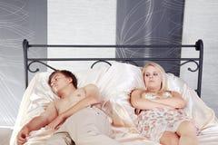 Ζεύγος στο κρεβάτι και απογοητευμένος Στοκ Φωτογραφίες
