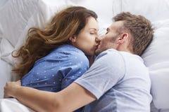 Ζεύγος στο κρεβάτι στοκ φωτογραφία με δικαίωμα ελεύθερης χρήσης