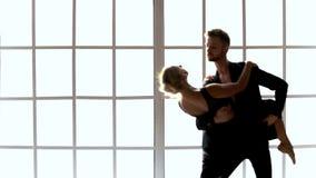 Ζεύγος στο μαύρο σύγχρονο χορό χορού κοστουμιών απόθεμα βίντεο