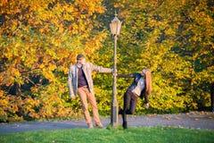 Ζεύγος στο πάρκο στο φθινόπωρο Στοκ φωτογραφία με δικαίωμα ελεύθερης χρήσης