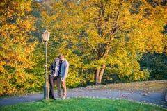 Ζεύγος στο πάρκο στο φθινόπωρο Στοκ Εικόνες