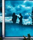 Ζεύγος στο παράθυρο Στοκ εικόνα με δικαίωμα ελεύθερης χρήσης