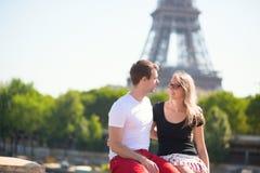 Ζεύγος στο Παρίσι, πύργος του Άιφελ στο υπόβαθρο Στοκ Φωτογραφία